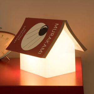 Lampada casetta appoggia libro